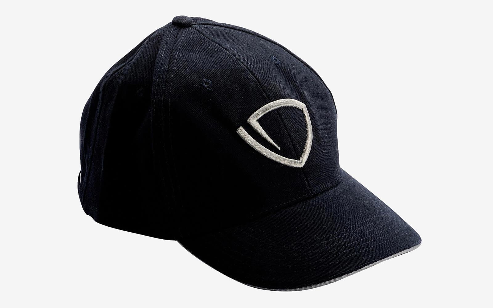Il cappellino personalizzato Tankoa yacth si presenta in modo elegante e  minimalista seguendo l altissimo livello del marchio stesso. 6337c25070b5
